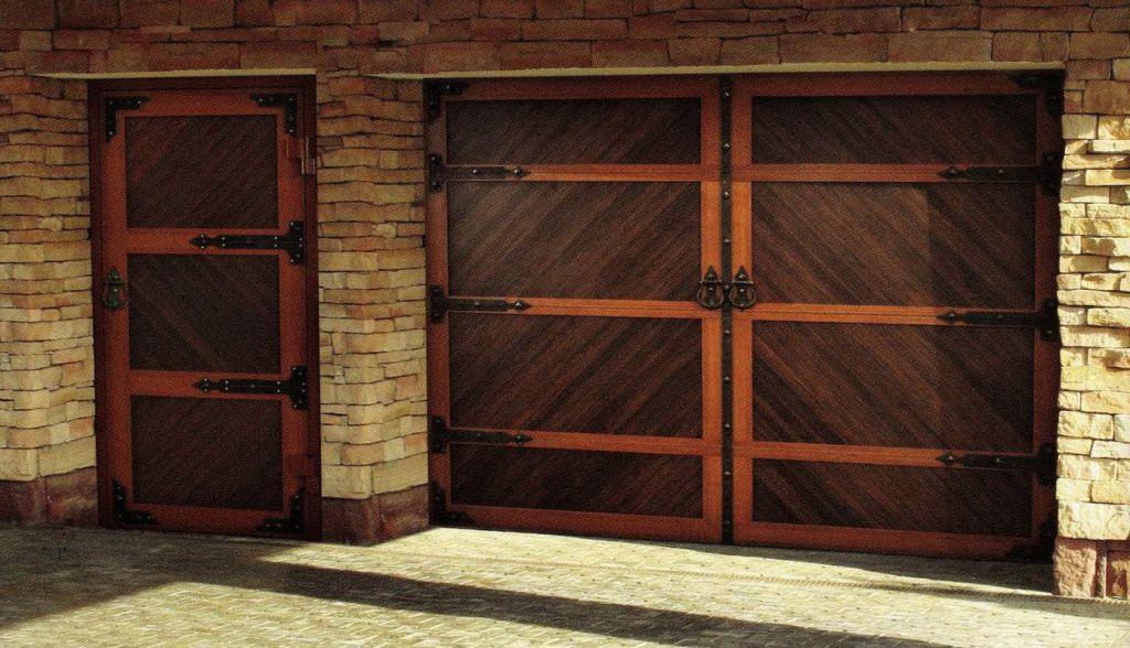Гаражные секционные ворота с калиткой под старину
