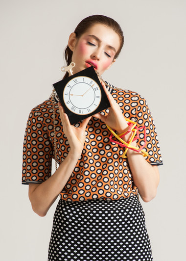 Modelo Segurar Relógio