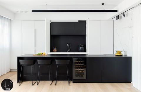 מטבח מודרני טכנולוגי שחור לבן (1).jpg