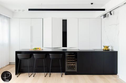 מטבח מודרני טכנולוגי שחור לבן (3).jpg