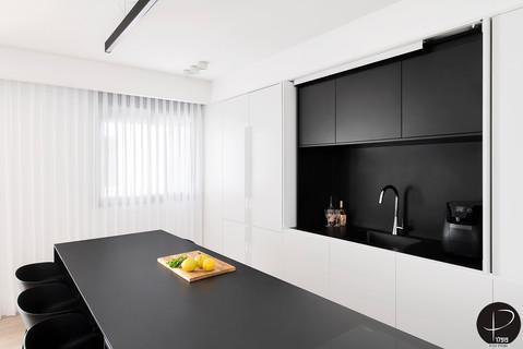 מטבח מודרני טכנולוגי שחור לבן (15).jpg