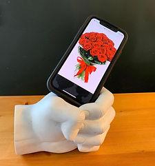 פסל מחזיק טלפון עם זר.jpeg
