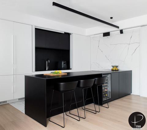 מטבח מודרני טכנולוגי שחור לבן (5).jpg