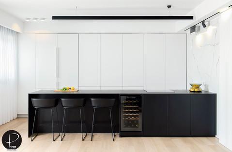 מטבח מודרני טכנולוגי שחור לבן (4).jpg