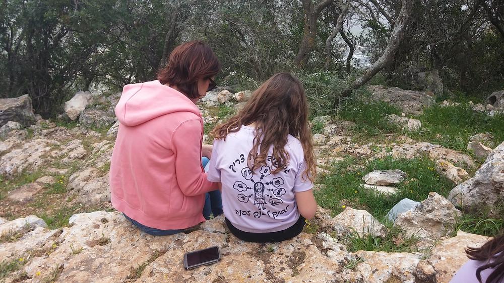 אמא ובת פותרות כתב חידה בטבע