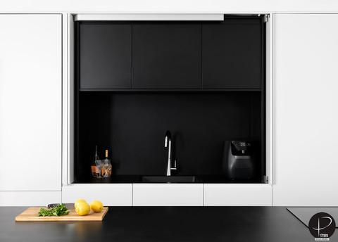 מטבח מודרני טכנולוגי שחור לבן (13).jpg