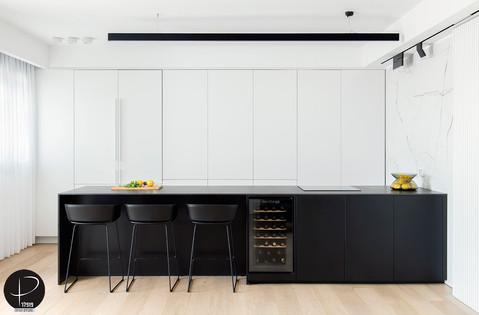 מטבח מודרני טכנולוגי שחור לבן (17).jpg