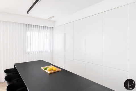 מטבח מודרני טכנולוגי שחור לבן (14).jpg