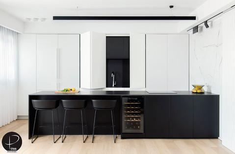 מטבח מודרני טכנולוגי שחור לבן (2).jpg