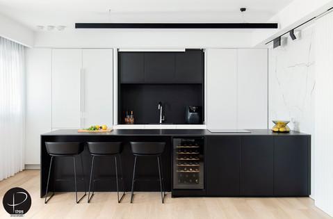 מטבח מודרני טכנולוגי שחור לבן (19).jpg