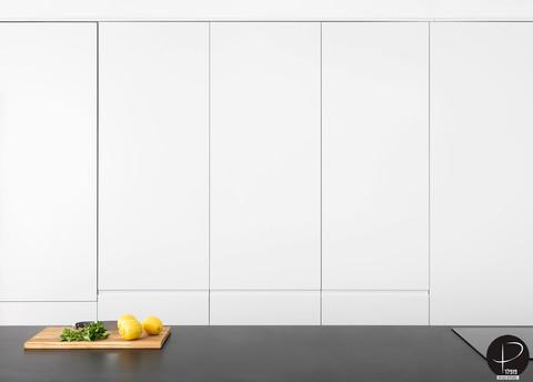 מטבח מודרני טכנולוגי שחור לבן (12).jpg