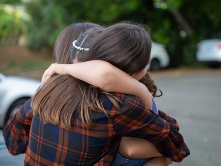 איך להרגיע ילדים ובני נוער לאחר אירוע קשה