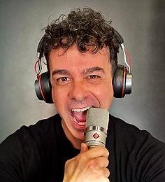 Roberto Rocha usa microfone e fones de ouvido em seu estúdio