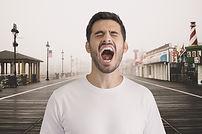 Hombre gritando