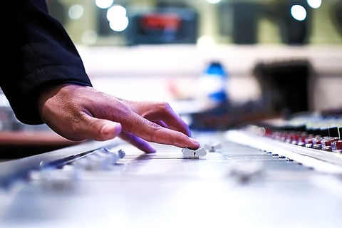 mixing-desk-351478__480_edited.jpg