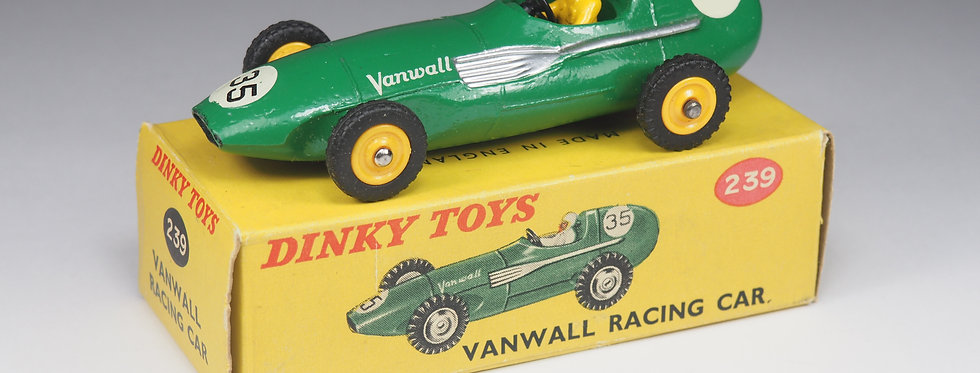 DINKY TOYS ENGLAND - 239 - VANWALL RACING CAR - 1/43e
