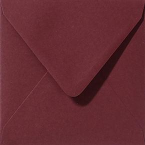 enveloppe de couleur rouge foncé