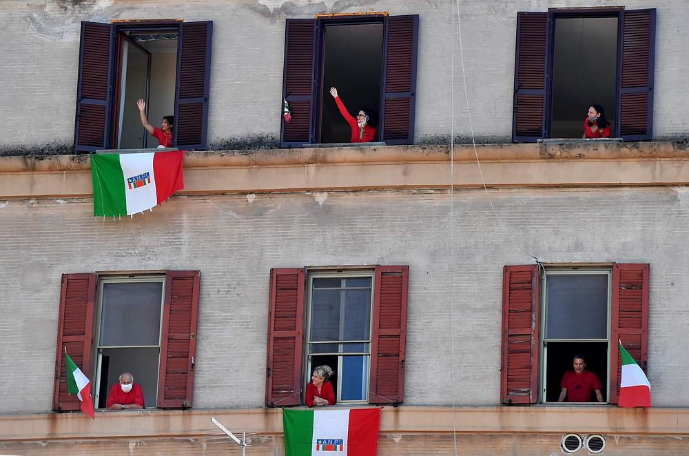 Pessoas nas janelas na Festa della Liberazione