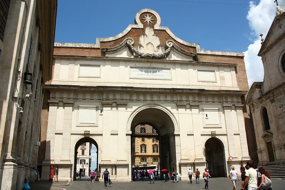 Porta del Popolo, na Piazza del Popolo