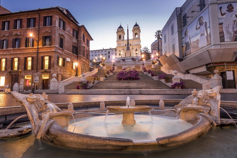 Piazza di Spagna, a igreja e a fonte