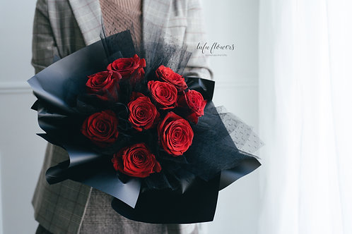 LF Black yarn red rose bouquet