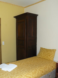 Twin bedroom Large Apartment (2)