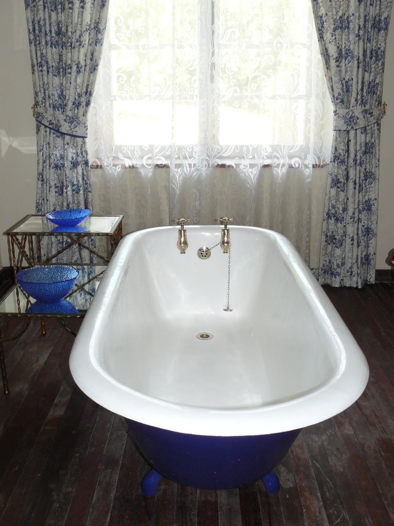 Bathroom Large Apartment (1)