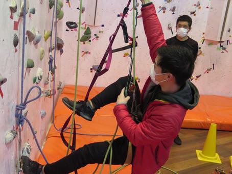 激しい雷雨の中で行われたロープ登高による登り返し講習会