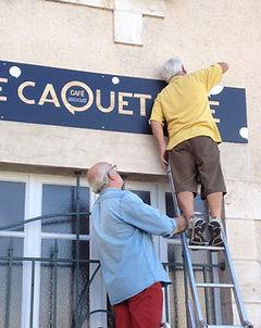 Installation de l'enseigne du Caquetoire