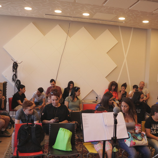 הקהל מתחיל להתאסף לעוד הופעה שגרתית של תלמידי בית הספר