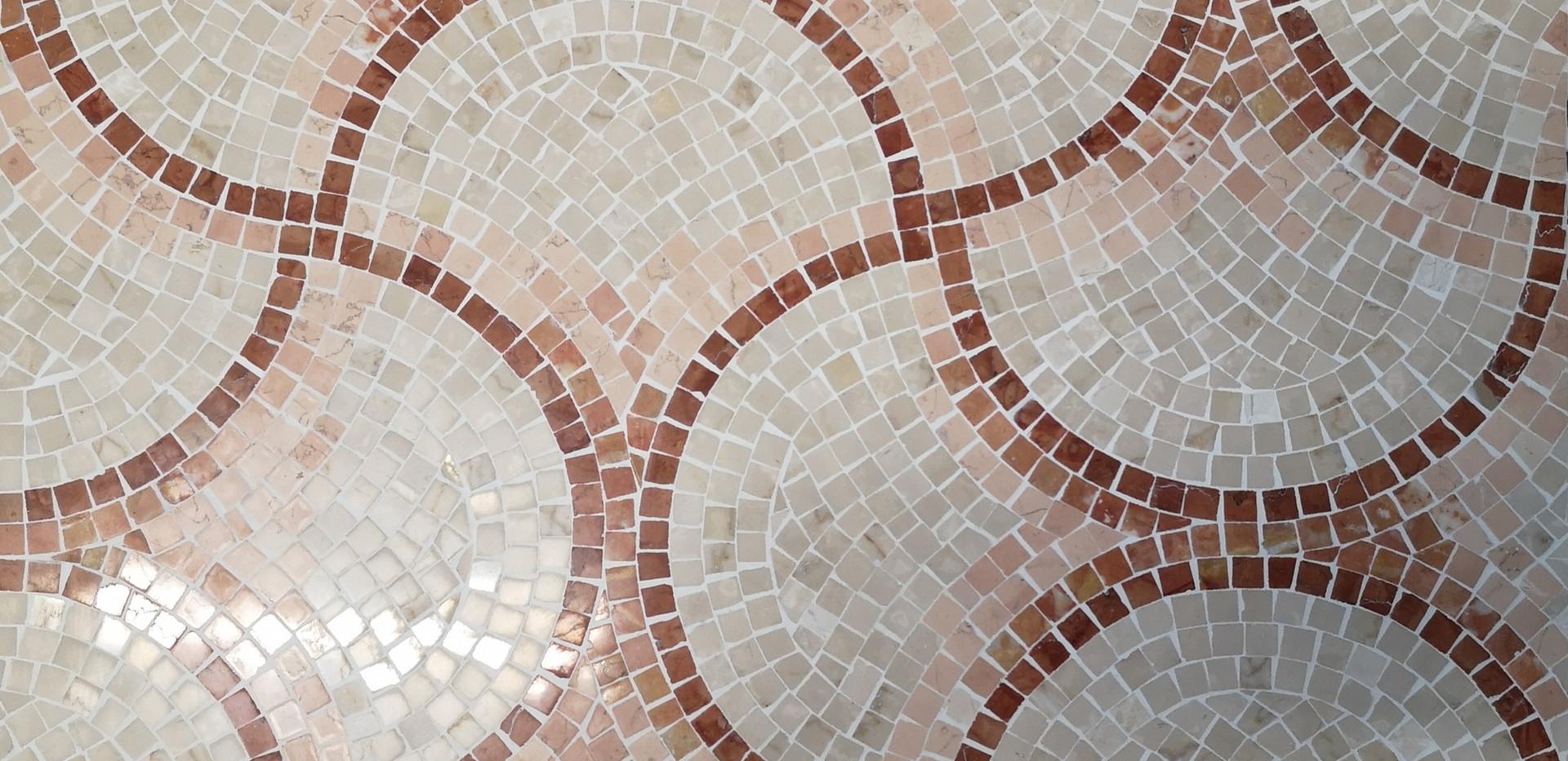 mosaico in marmi policromi per pavimento