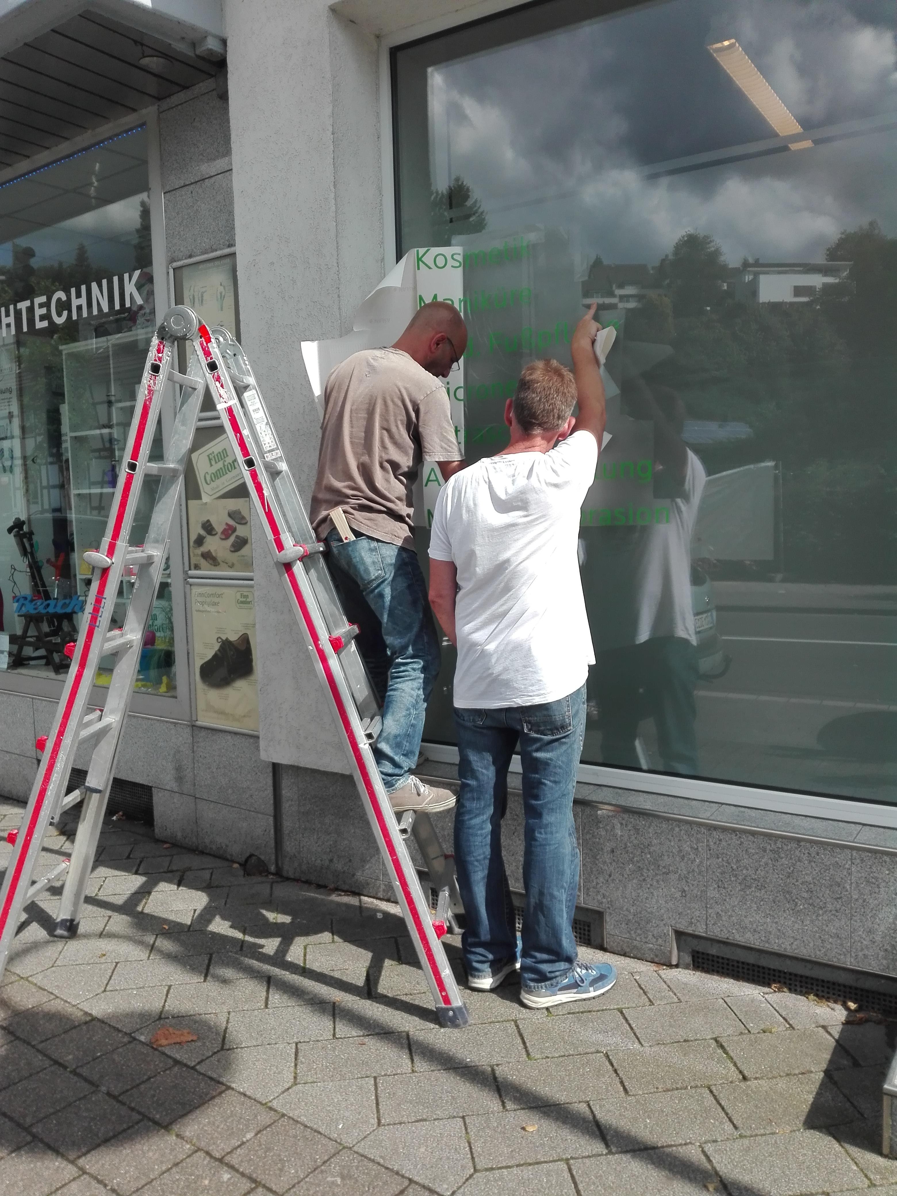 Beschriftung der Schaufenster