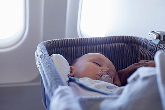 Retour maternité, Les préparations pour un voyage en avion