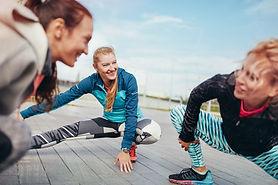 Femmes stretching avant une course