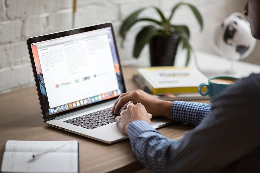 Laptop op bureau met spullen