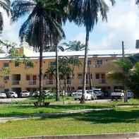 Vista da fachada do prédio e jardins