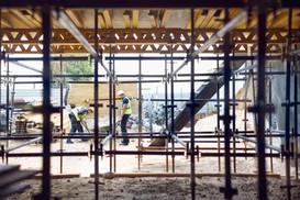 Travailleurs de la construction sur chantier