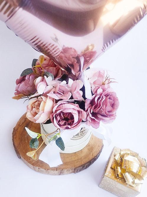 פרחי משי עם בלון לב ופררו ראשה