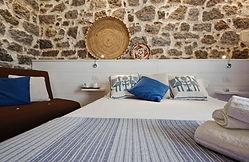 letto e muro pietra.jpg