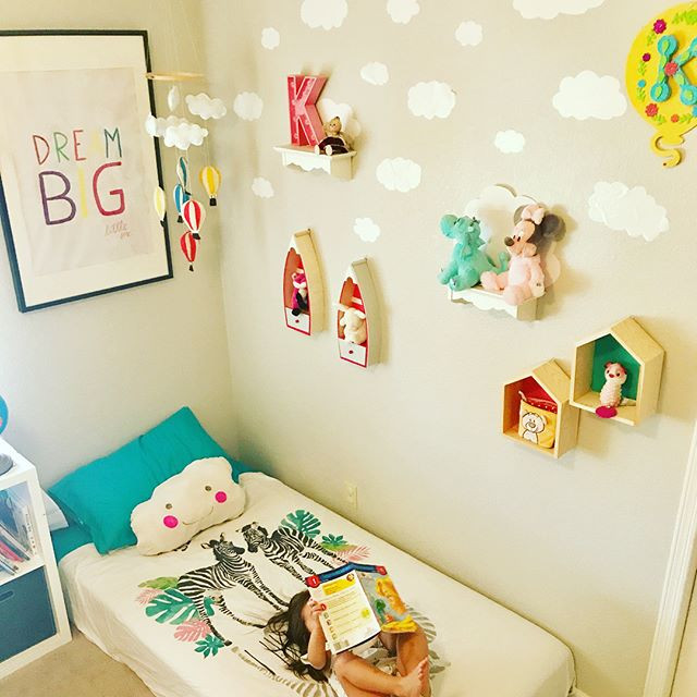 Toddler bedroom no  heaadboard