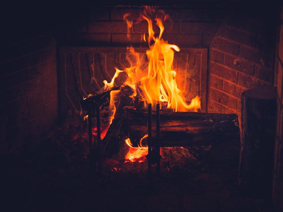burning-wood-in-a-fireplace-KEZ3KX9.jpg