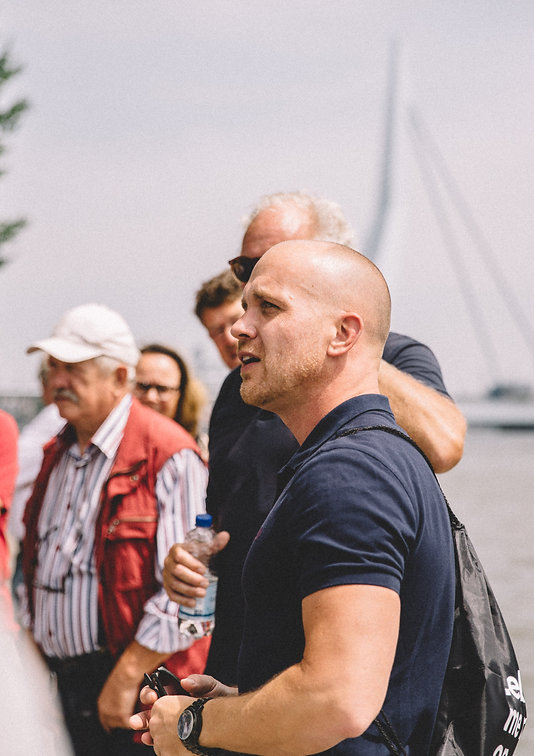Onze gids Wesley van den Bos (Around010) leidt een groep rond.