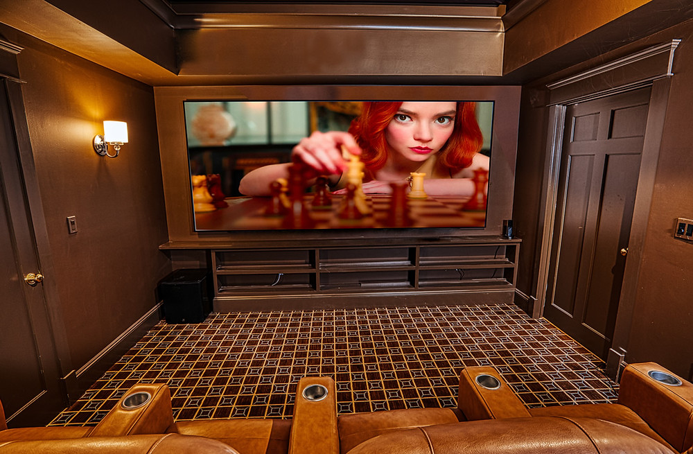 Screen Innovation 2:40 acoustically transparent screen maximizes the picture and optimally positions the LCR speakers.