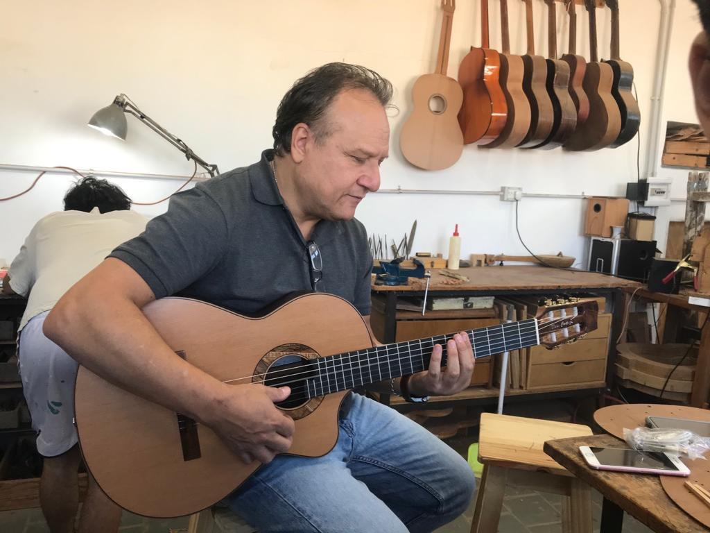 Dani Cortaza conociendose con su nueva guitarra