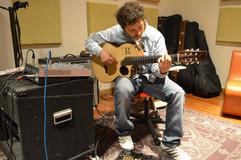 Ernesto Snajer con una de sus Camaradas MIDI