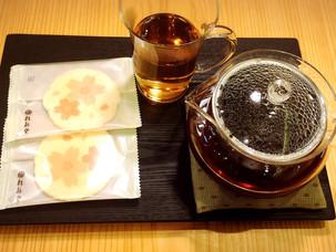 ほうじ茶と季節のおせんべいのセット