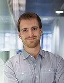 Sourire jeune homme dans le bureau