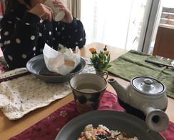 naomi 島本町 子どもたちと、それぞれ好きなお昼を食べながら政所平番茶を