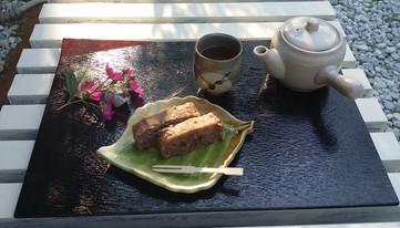 midori-ya 滋賀県高島市 近くに自生しているお茶を手摘み手もみ乾燥した自家製のお茶と玄米おかゆと黒糖で作った自家製おかゆケーキ。庭に縁台を出して茶店気分で楽しんでいます。