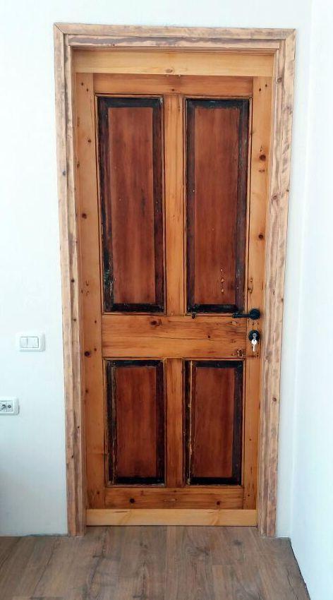 דלת עתיקה משופצת